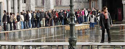 Plan_v_acqua_alta_panorama_by_basilica_w_people_on_walkways_cropped_vertically_400_p1070711