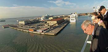 09_cruise_terminal_in_distance_poesia_passengers_at_rail_panorama_350_ea032316
