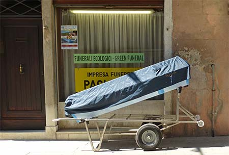 Funeral parlor and body in Venice