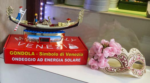 Solar-powered gondola souvenir